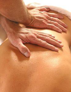 En kiropraktor behandlar besvär eller skador som orsakas av störningar i leder, muskler nervsystem.